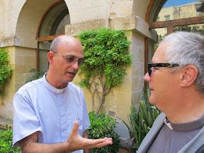 Photo: 13.10.09Gozo,Victoria : Père R.Abdila et Père Patrick dans la cour du cloître du couvent St Augustin