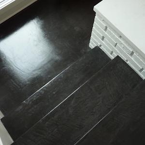 escalier-en-beton-cire-revetement-moderne-decoration-design-enduit-sol-beton-cire-les-betons-de-clara-reseau-dapplicateurs-specialise-beton-cire
