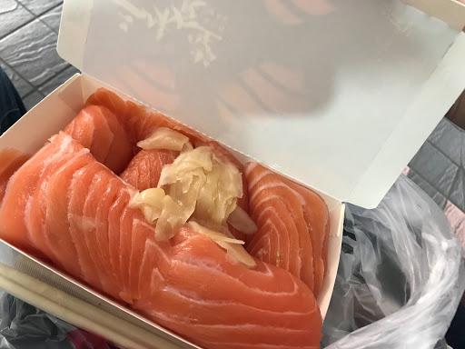 鮭魚生魚片必點,非常厚實,基本上能吃三個已是極限,外帶比內用來的迅速許多,如果想在店內慢慢品嚐需要等待