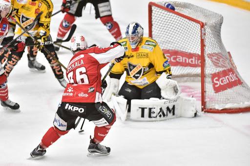 Lassi Kokkala hade strålande lägen men lyckades inte överlista Niko Hovinen. Foto: Samppa Toivonen