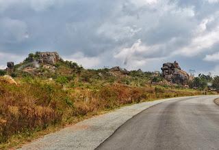 Photo: Endlich mal wieder auf glattem Asphalt! Von der Grenze zu Kenia aus wird gerade unter chinesischer Leitung und Finanzierung die Hauptverkehrsstraße ausgebaut.