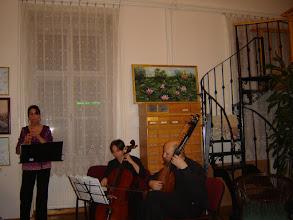Photo: Incantamento Antico Kamarazenekar három tagja klasszikus barokk zenét ad elő.
