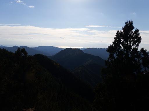 岩の上から駒の行者山を望む