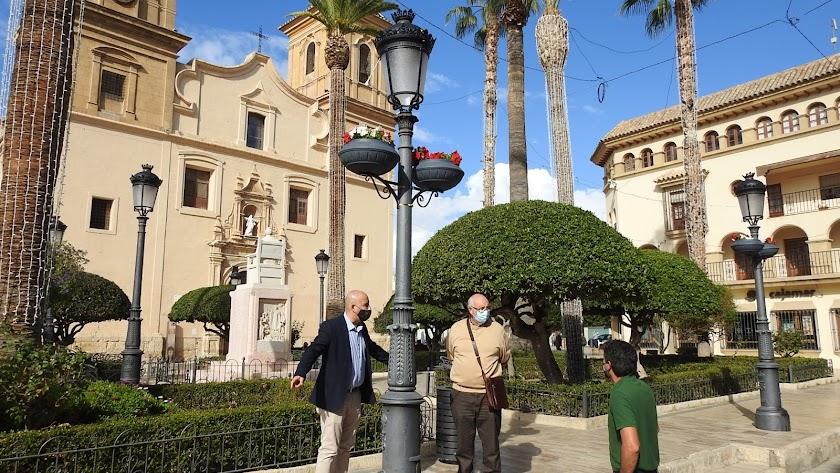 El alcalde, Domingo Fernández, junto al edil Jose López.
