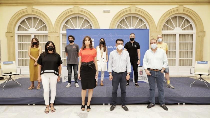 Foto de familia de la mesa redonda que cerró el Curso de Verano.
