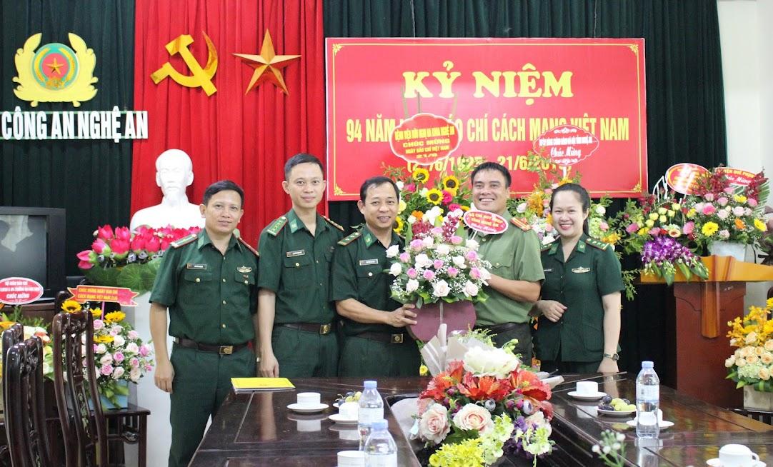 Bộ chỉ huy Bộ đội Biên phòng tỉnh Nghệ An chúc mừng Báo Công an Nghệ An
