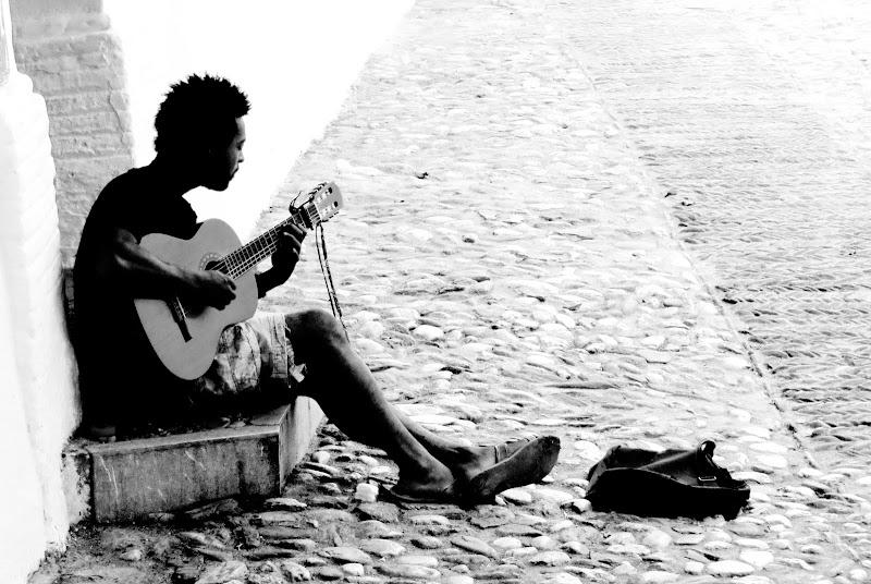 musica divina nel silenzio di un vicolo di mariellaturlon