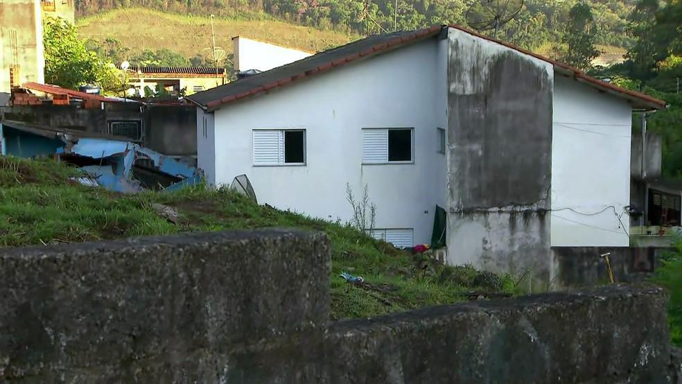Uma casa soterrada e outras oito interditadas em Guarulhos — Foto: Reprodução/TV Globo