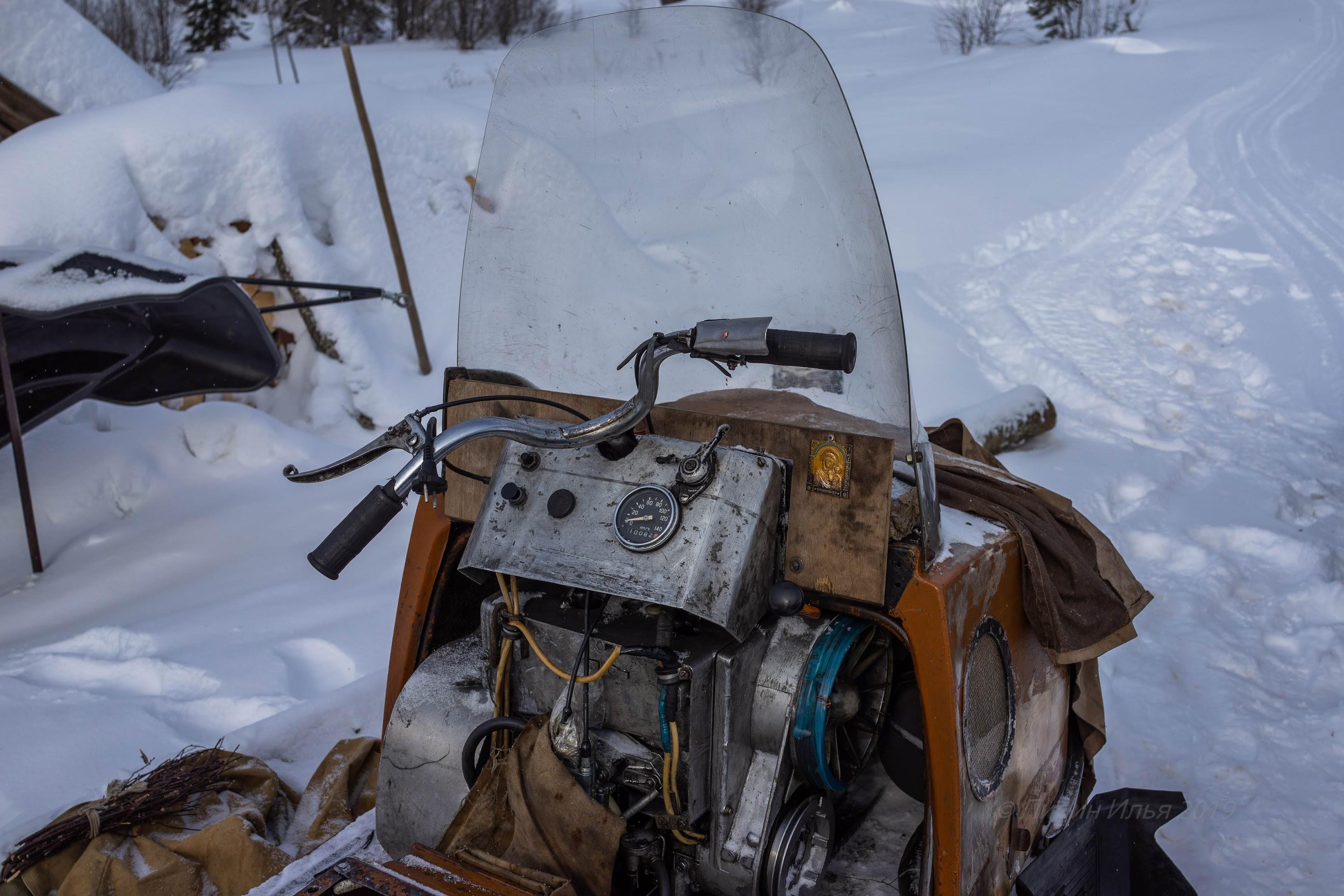 Местная снегоходная техника.