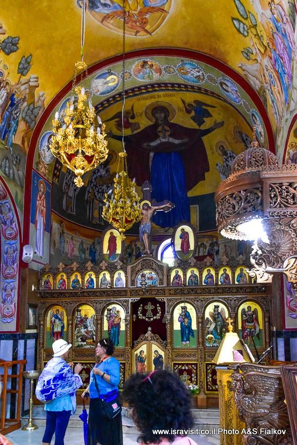 В православной греческой церкви в Кане Галилейской. Экскурсия по Святым местам Галилеи.