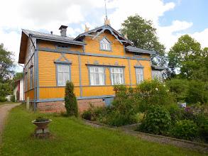 Photo: Villa Aaltonen, omistajana näyttelijä Risto Aaltonen. Satuimme kohtaamaan hänet, kun hän oli esittelemässä vierailleen piha-aluettaan. Piha kuuluu niihin yksityispihoihin, joihin ihmiset voivat käydä tutustumassa tiettyinä pihapäivinä.