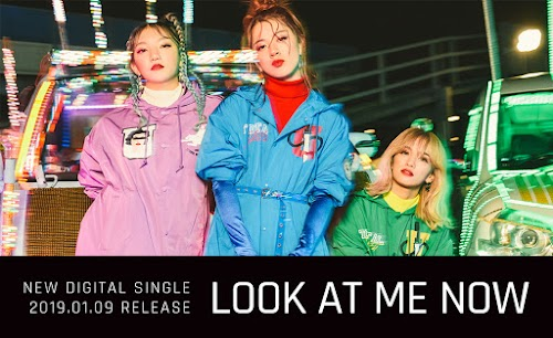 """Banner do single """"LOOK AT ME NOW""""."""