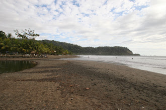 Photo: Der Sand ist grau, vulkaníschen Ursprungs eben