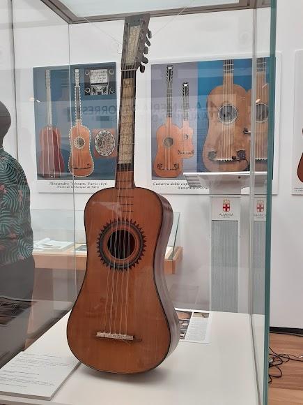 La exposición presenta piezas donadas y cedidas al Museo de la Guitarra.