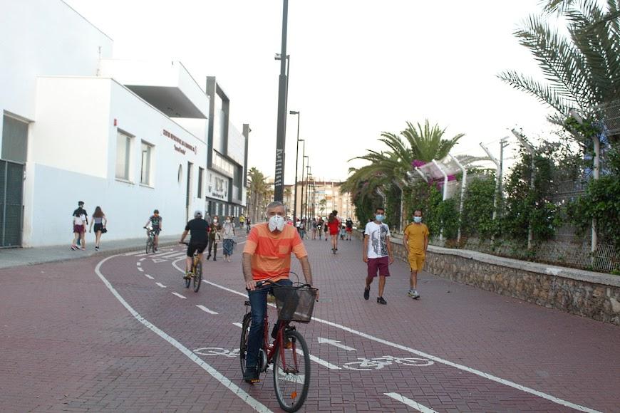 Ciclista y con mascarilla por el carril bici del Parque de las Almadrabillas.