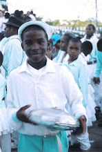 Photo: Integrante de uma das guardas de Moçambique convidadas balança o chocalho durante as reverências em frente à Capela dos Arturos. A Participação das crianças é bem marcante.