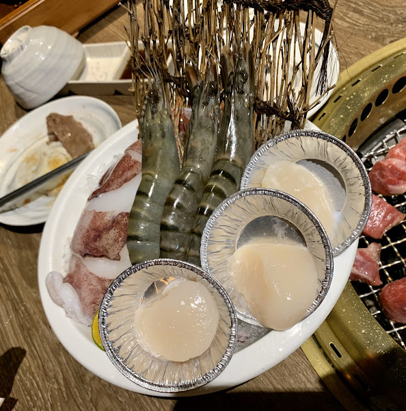 燈光美、氣氛佳、服務夠水準。餐點新鮮可口,值得一試,嫩雞、牛肋咬勁,令人難忘。