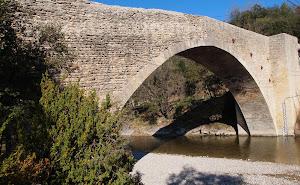 Maison_d_h_tes_Escl_riade_en_Vaucluse_et_le_Pont_saint_Michel.jpg