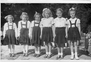 Photo: 1954 a kastélyparkban a Rózsadombon: Varga Ilona, Beke Irén, Nagy Ilona, Szikonya Magdus, Tokarik Kató, Sörös Erzsi