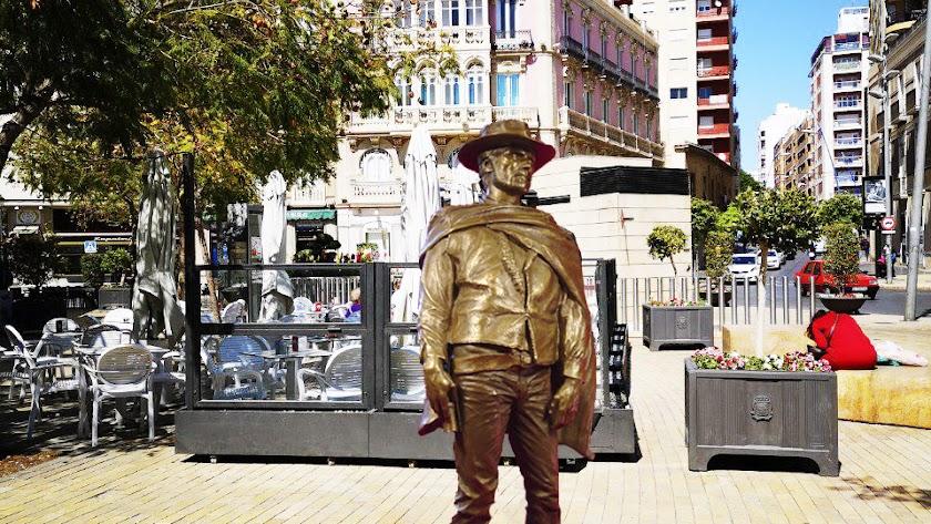 Una estatua de Clint Eastwood, paseando en la Puerta de Purchena.
