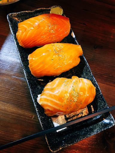 「巨無霸鮭魚握壽司」鮭魚上有著獨有醬汁,整個提昇了鮭魚本身的鮮甜,加上哇沙米更加多層次,但壽司的溫度偏高,不夠冰涼,有點可惜,但喜歡吃鮭魚壽司的一定要來訪!