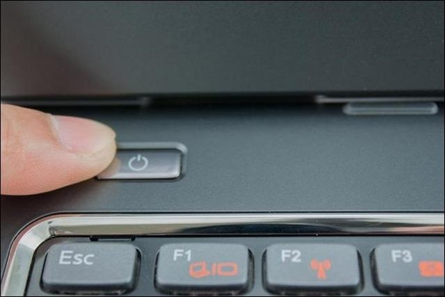 laptop-bi-nuoc-vao-2