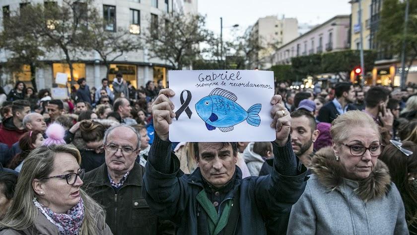 Un asistente a la concentración silenciosa por Gabriel celebrada ayer en la Puerta de Purchena.