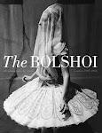 Russische balerina in rijk costuum en doorzichtige doek over het hoofd