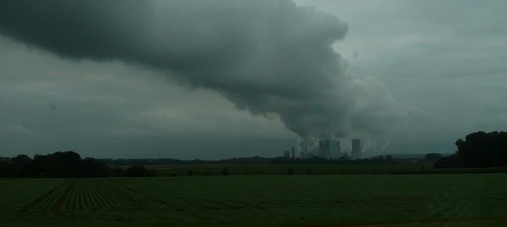 Düstere Landschaft mit Dampf und Rauch.