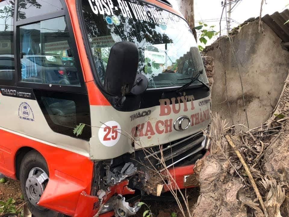 Xe buýt lao vào gốc cây rồi mới chịu dừng lại.