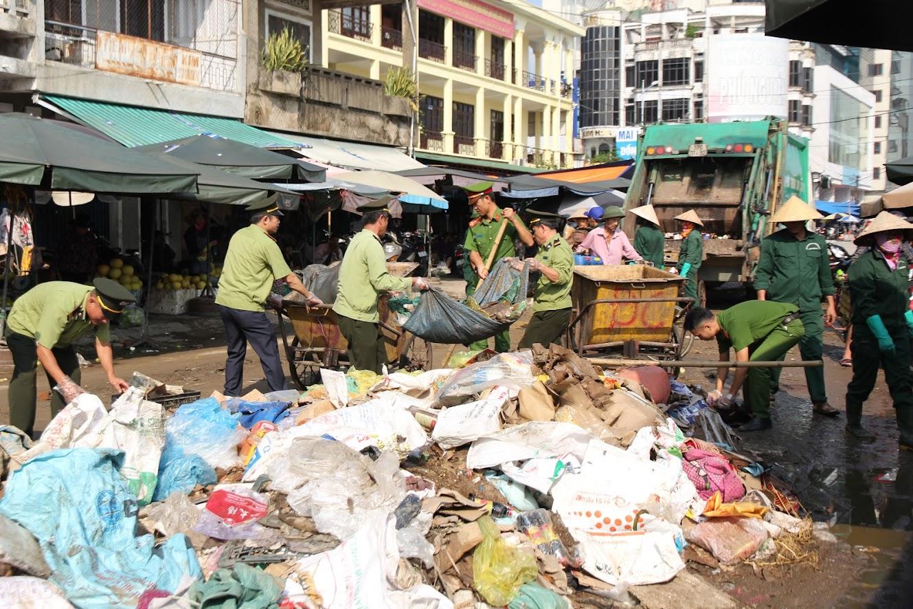 Hàng tấn rác thải sót lại tại khu vực chợ Vinh sau trận mưa, ngập lịch sử kéo dài (ảnh: Đức Vũ)