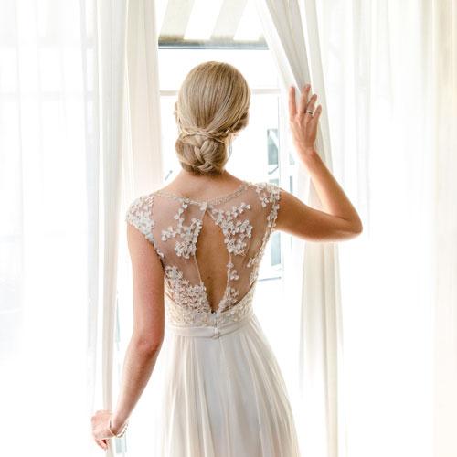 Braut am Fenster.