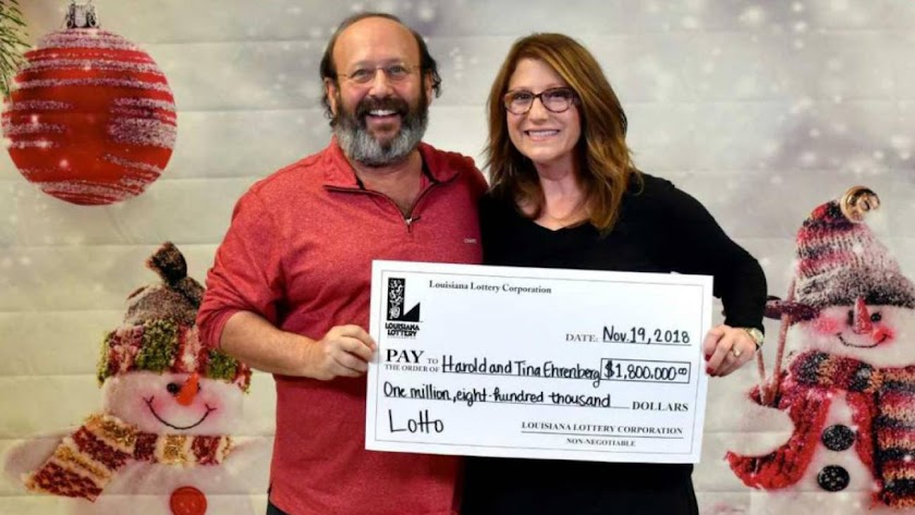 La pareja posa junto al cheque. (Foto: Louisiana Lotter Corporation)