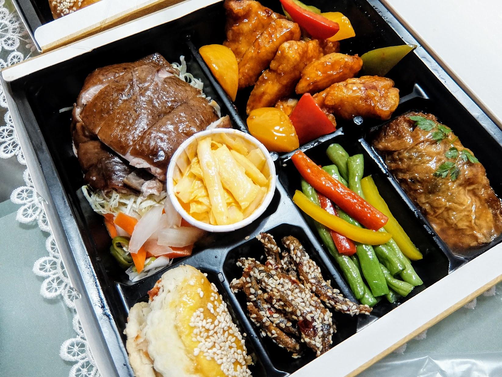 玫瑰鼓油雞&蜜桃糖醋魚,配菜中的黃金泡菜非常好吃!! 腐皮卷很大一卷,好像有魚漿混搭製作,外皮帶著一點湯汁