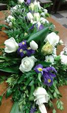 Photo: croix de deuil réalisée lors de ma formation à eyzin pinet (38) fleurs utilisées: roses blanche, iris, tulipes, chrysanthèmes feuillage: fougère, feuille aspidistra  prix de la croix de deuil environ 80 euros