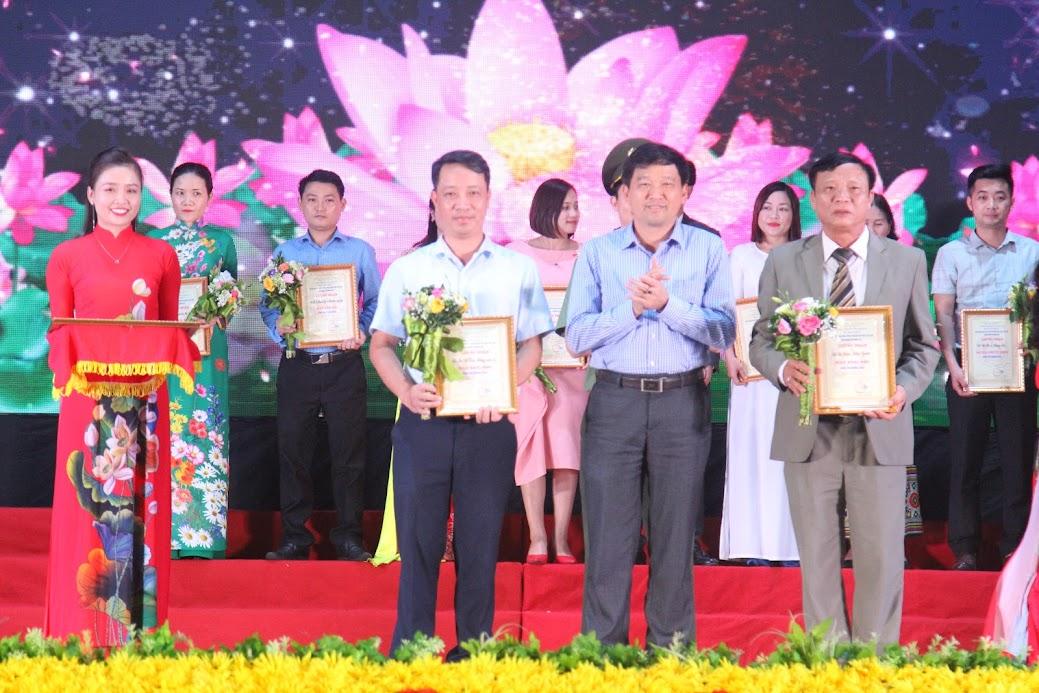Trao giải Nhì cho 2 đơn vị huyện Hưng Nguyên và Sở Giao thông Vận tải