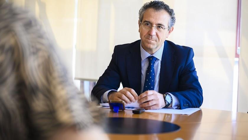 El presidente de Cajamar, en un momento de la entrevista con La Voz de Almería.