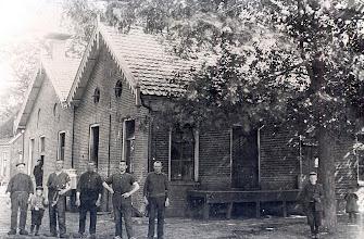 Photo: Tussen 1909 en 1919 Het personeel van de voormalige zuivelfabriek