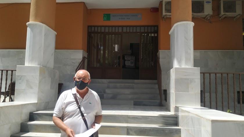 Pepe López en la puerta de los juzgados huercalenses.