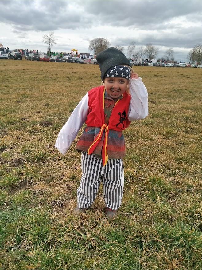 海賊の仮装をした子供