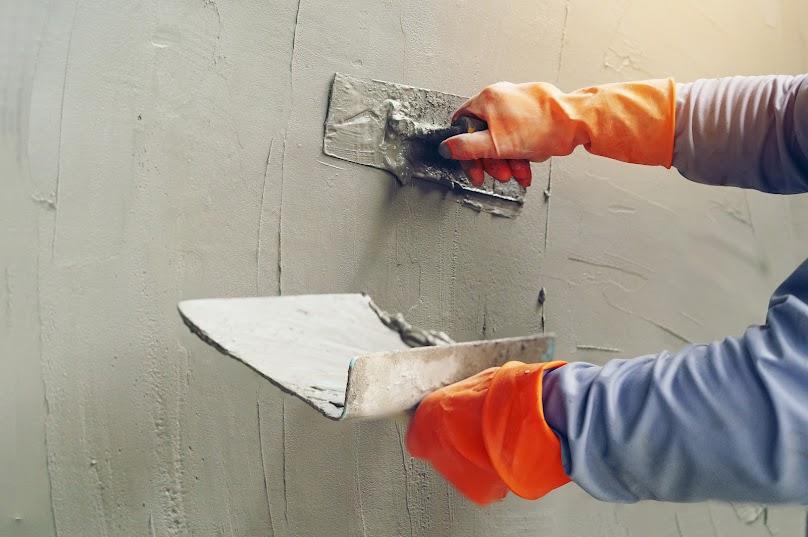 Nakładanie betonu architektonicznego na ścianę