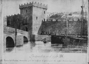 Photo: Torre da Ponte, destruída polos ingleses a primeiros do século XVII (1709). Foi demolida finalmente en 1805, ó ensancharse a ponte. Na cara oeste había un segundo torreón que durante varios séculos fixo de cárcere da vila.
