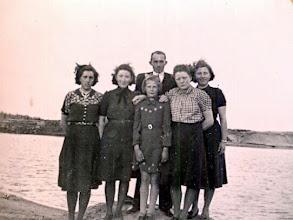 Photo: Grintgat van Harm Udding 1942 bij Eext v.l.n.r. Geertje Hilbrands, Ida Jansen, Klaasje Smit, Riekie Oosting, Aaltje Gortmaker. Er achter staat Harm Sloots