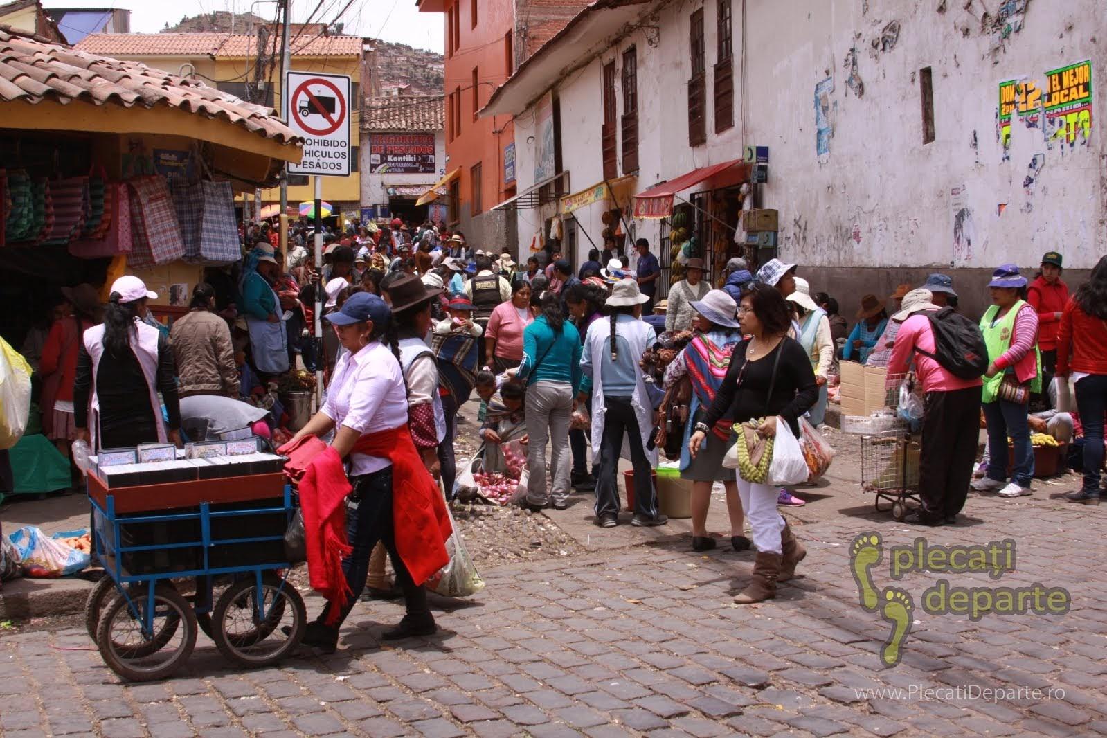 pe strazi in afara piatei traditionale Mercado San Pedro, Cusco, Peru