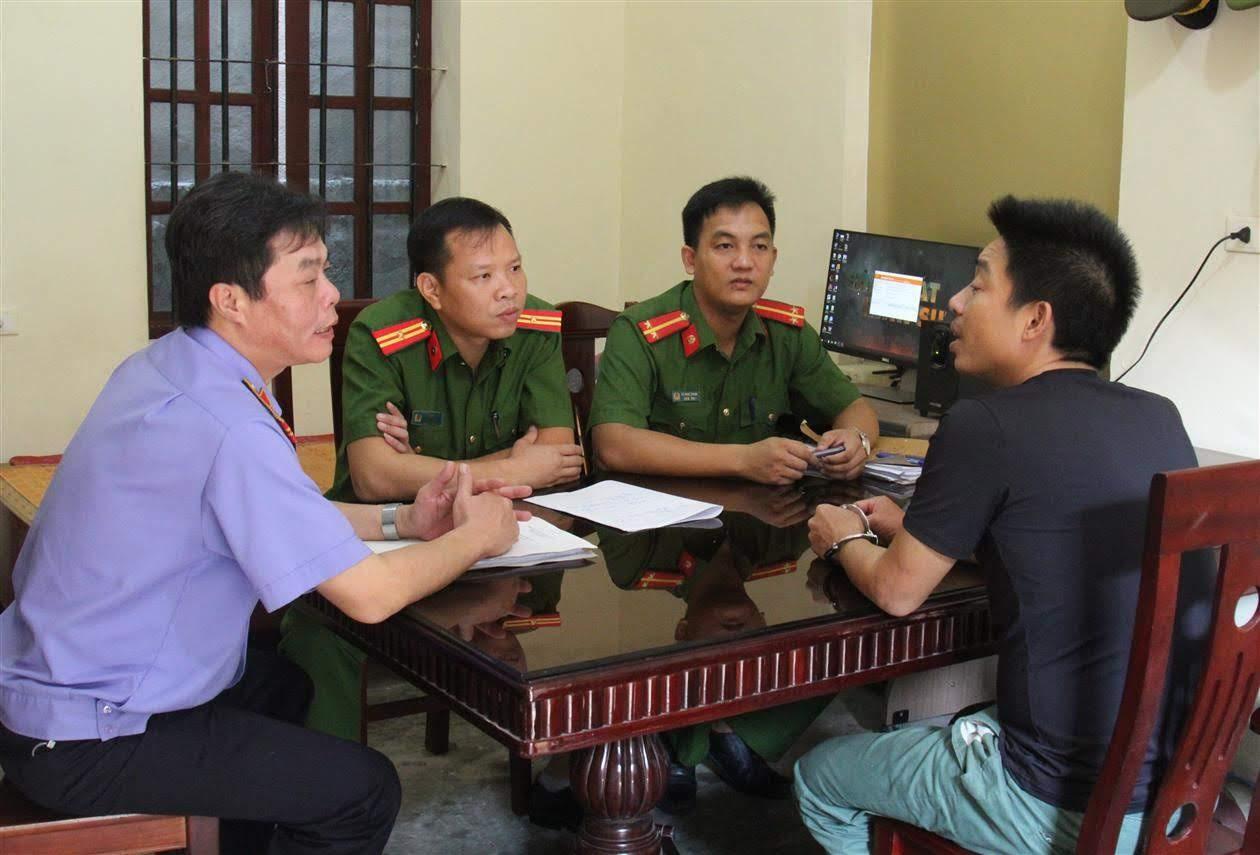 Công an TX Thái Hòa phối hợp với cơ quan chức năng lấy lời khai                     đối tượng mua bán trái phép chất ma túy