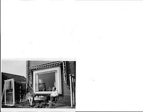 Photo: Heerlijk was het om in de schoolvakanties te logeren in Zandvoort.  Mijn ouders gingen toen nog niet op vakantie ze gingen wel eens een paar dagen naar Limburg meestal in september, dan was de ergste drukte voorbij.  Oom Ger enTante Clazien waren als een opa en oma voor ons. (1959)