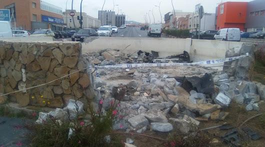 Un coche se empotra contra una rotonda de Avenida del Mediterráneo