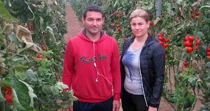 Amparo y Sergio en una de sus explotaciones de La Mojonera.
