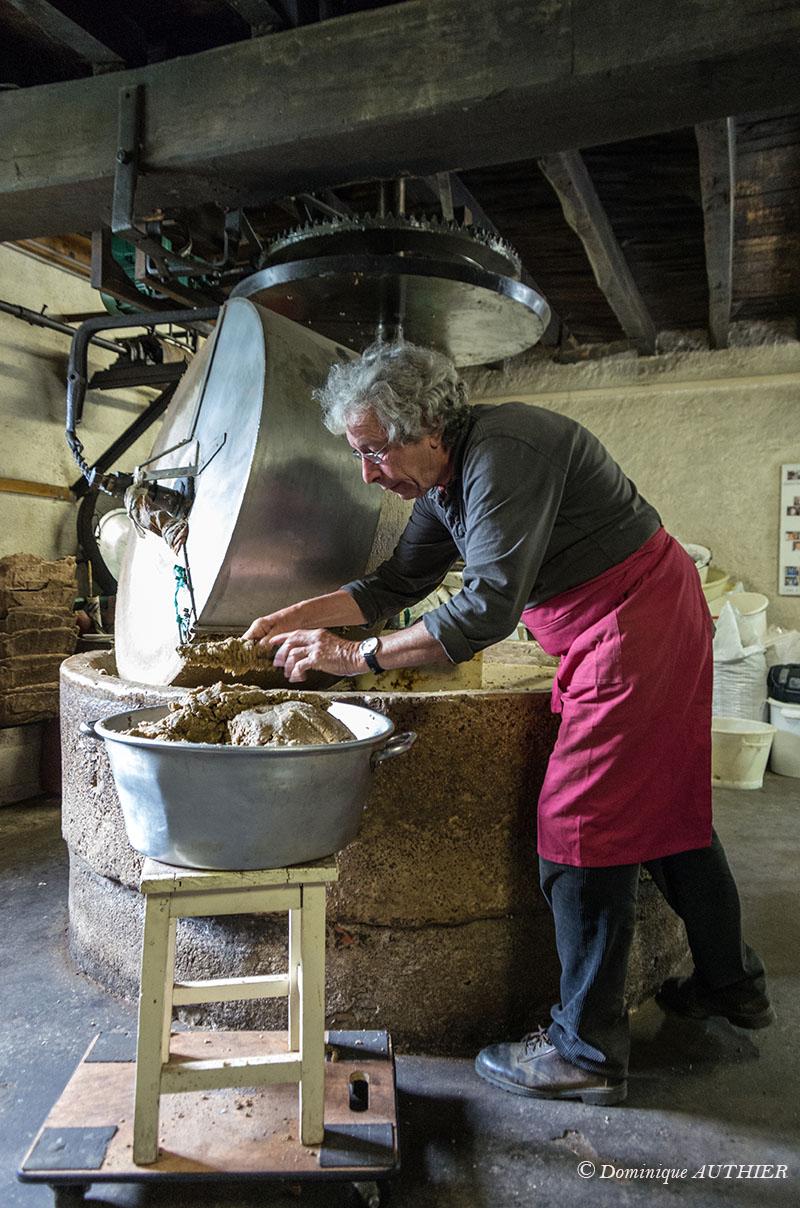 Photo: Environ 12,5 kg de cerneaux sont écrasés sous la meule par passe de 30 minutes. 25 kg de cerneaux sont écrasés pour une torréfaction, donc 2 passes de 12,5 kg.