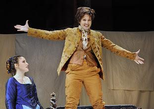 Photo: Wiener Volksoper: LE NOZZE DI FIGARO - Inszenierung Marco Arturo Marelli. Premiere am 25.11.2012. Rebecca Nelsen, Dorottya Láng. Foto: Barbara Zeininger